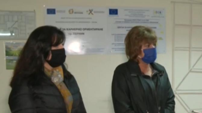 Мъж изсипа 2 чувала с тор в сградата на Общинската служба по земеделие в Перник