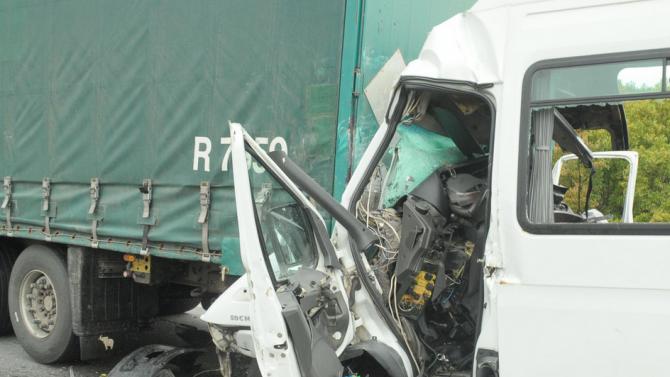 Поредна жестока катастрофа между ТИР и микробус - двама загинаха