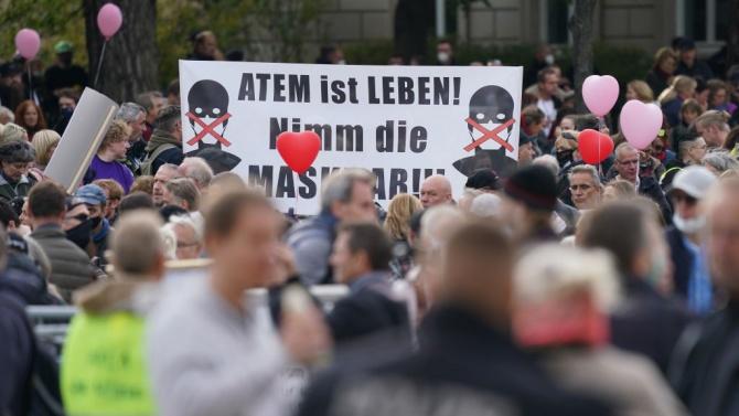 Около 2000 души се събраха днес на централния берлински площад