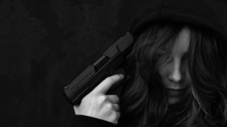 Жена заплаши с пистолет бременна в тролей във Враца