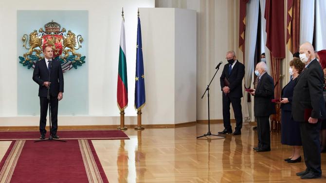 Румен Радев удостои с висши държавни отличия видни учени