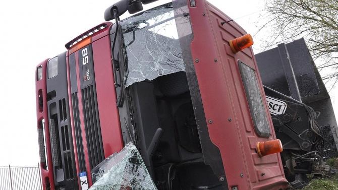 Шофьор на ТИР е с опасност за живота след катастрофа край Разград