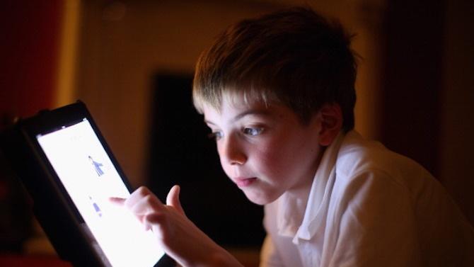 Деца и младежи от пет социални услуги във Велико Търново получиха компютри и таблети