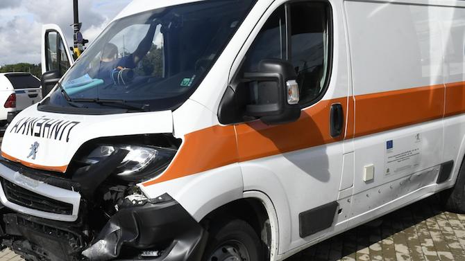 Лекари на Спешна помощ пострадаха при две катастрофи в столицата