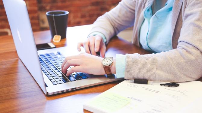 Студентите се справят с онлайн обучение, но предпочитат присъственото