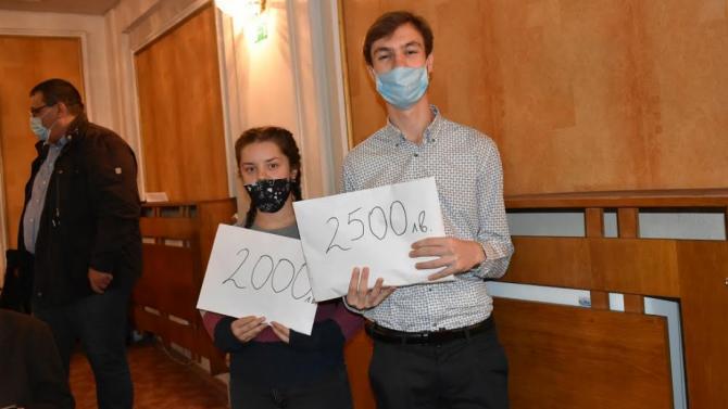 Ученици от Езиковата в Ловеч дариха събраните средства от благотворителен концерт
