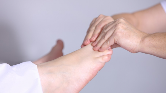 """Нов симптом на COVID-19 """"оцветява"""" пръстите на краката"""