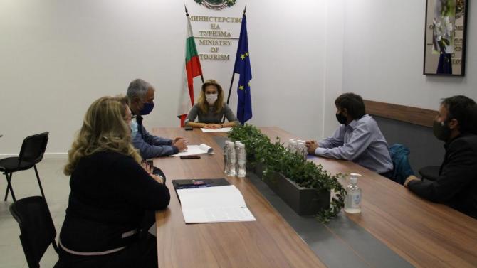 Вицепремиерът Николова разговаря с представители на Българска лавинна асоциация