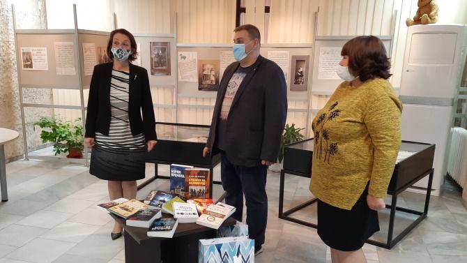 Евродепутатът Емил Радев дари книги на варненската библиотека