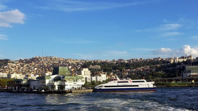 След мощното земетресение морето засмука лодките от пристанището в Измир