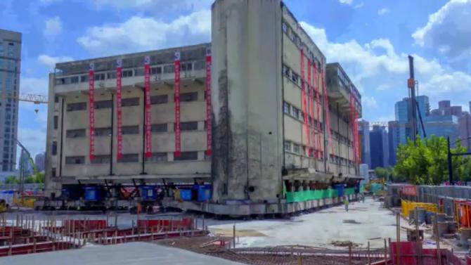 """5-етажна сграда в Китай """"проходи"""" на механични """"крака"""""""