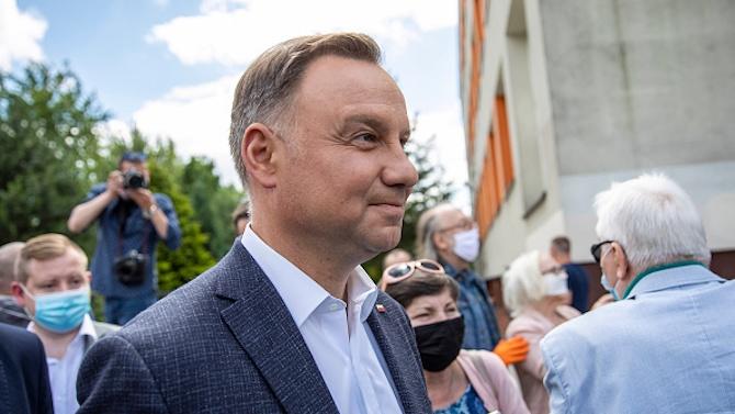Президентът на Полша прави опит да успокои протестите с нов закон за абортите