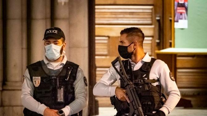 Полицията обезвреди днес мъж, заплашил служители на реда в Париж