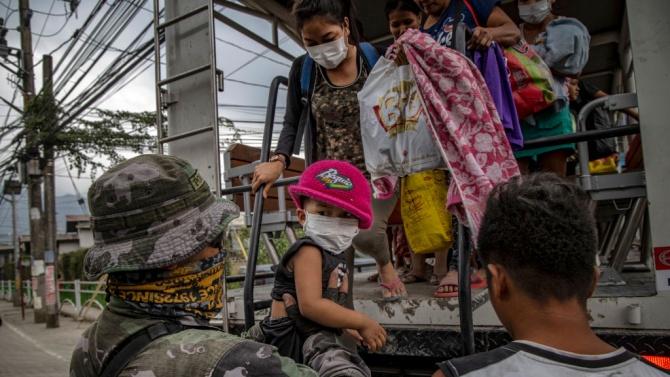 Във Филипините започна спешна евакуация