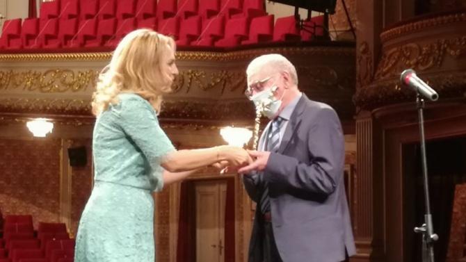 Вицепремиерът Николова връчи награда ИКАР на режисьора Никола Петков