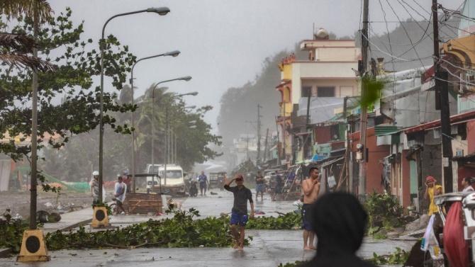 Тайфунът Гони достигна източната част на Филипините
