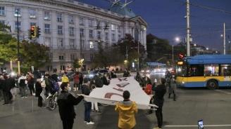 Студенти блокираха движението пред СУ
