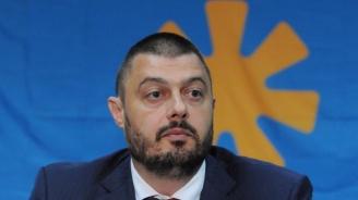 Бареков изригна срещу лидера на БСП: Нинова днес обясни, че няма страшно от вируса, а сега е във ВМА и взима легло на нуждаещите се