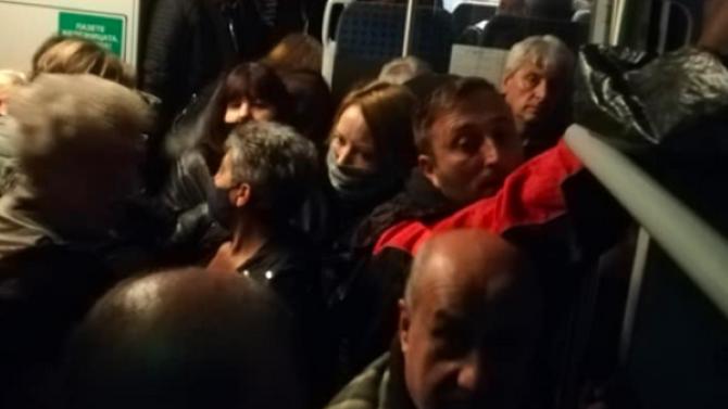 Защо пътници бяха натъпкани като сардини във влак на БДЖ?