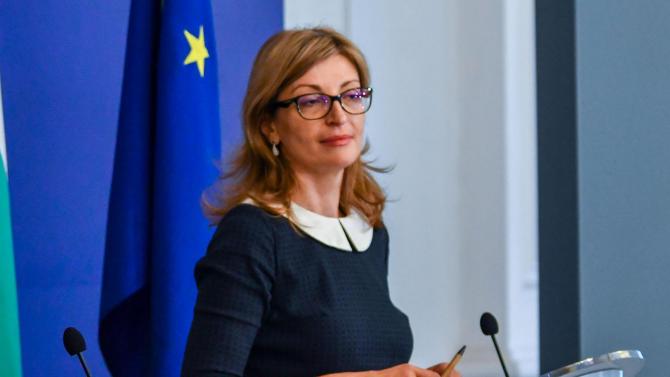 Екатерина Захариева се самоизолира