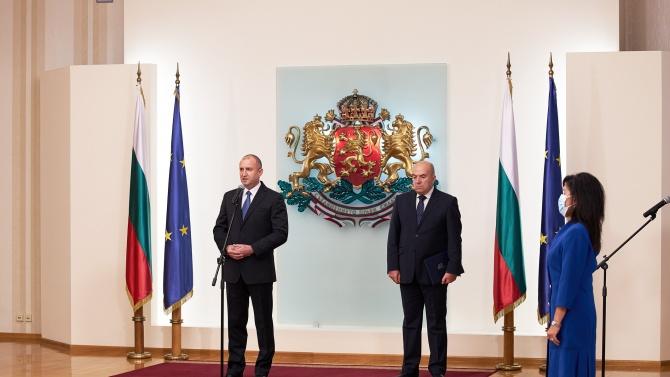 Радев освободи секретаря си по външна политика, после го удостои с отличие
