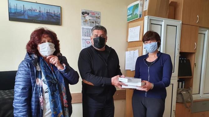 Депутатът от ГЕРБ Пламен Тачев дари 2 тона дезинфектант и 2000 маски на личните лекари в област Плевен