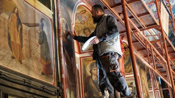 """Художници възстановяват стенописи в църквата """"Св.Архангел Михаил"""" в Хасково"""