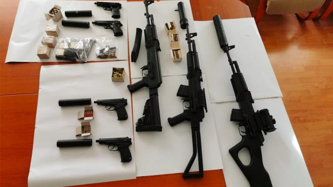 Обвиниха петима за незаконно производство и продажба на оръжия