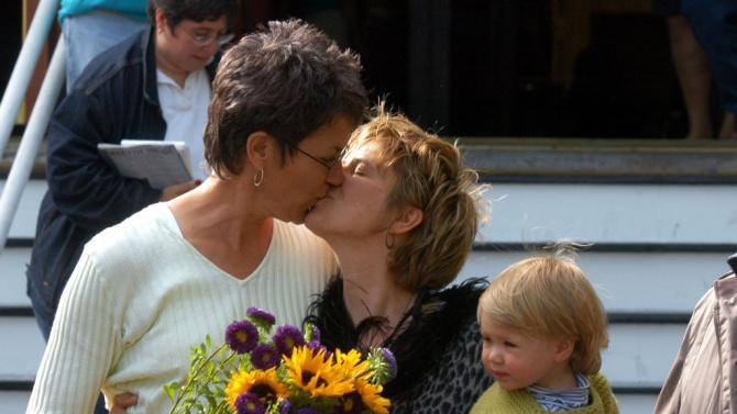 В Унгария обмислят да забранят осиновяването на деца от еднополови двойки