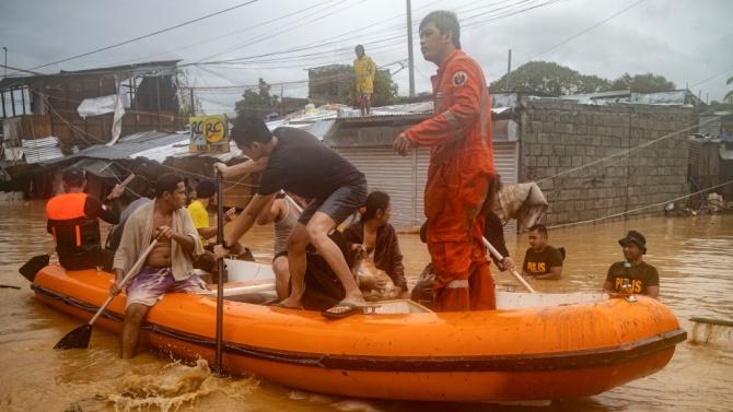Филипинските спасителни служби се борят да спасят хиляди след тайфуна Вамко
