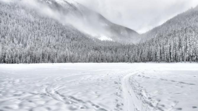 Сняг заваля на връх Снежанка и в района на Рожен