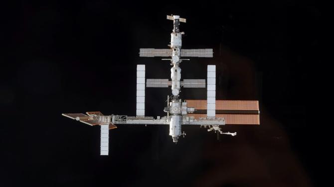 """Капсулата """"Дракон"""" на Спейс Екс с четирима астронавти се скачи с МКС"""