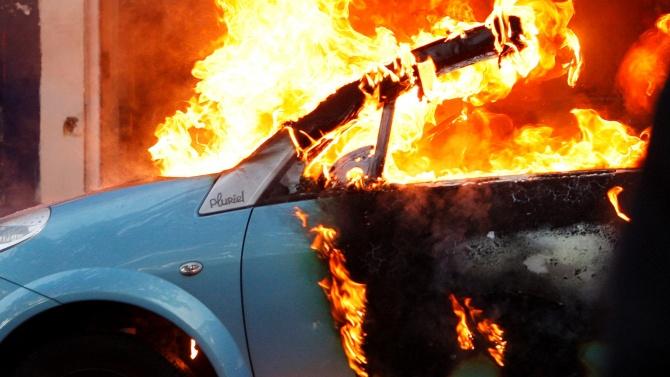 Мъж заля с бензин колата си  и я запали пред сградата на община Враца