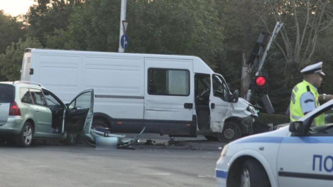 Катастрофа между кола и микробус, един от водачите шофирал на 2,18 промила алкохол