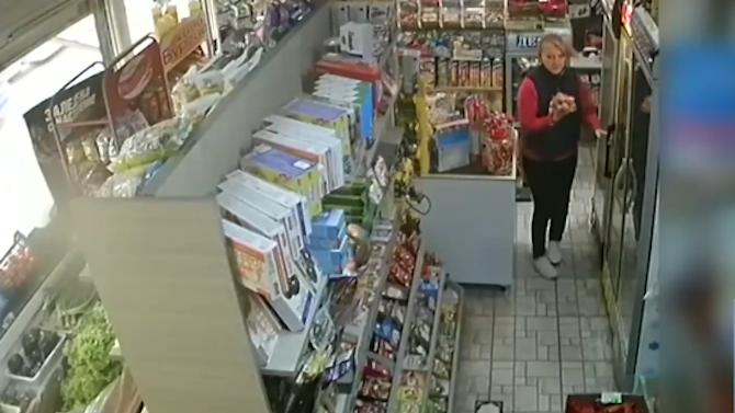 Продавачка и клиент в магазин задържаха крадец