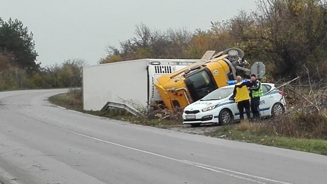 Камион се обърна на Е 79