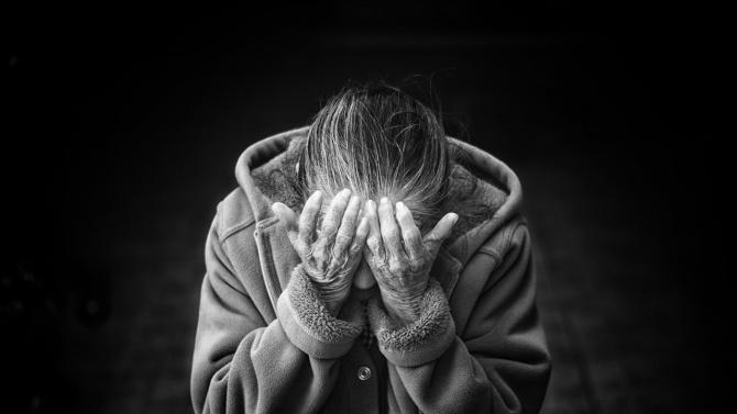 Крадец удари 91-годишна баба и я обра