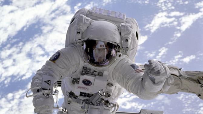 Руските космонавти излязоха в открития космос