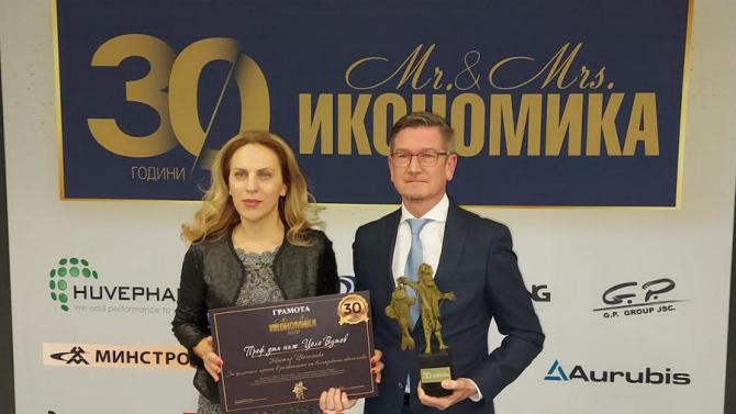 """Вицепремиерът Николова връчи наградата """"Мистър Икономика"""" на г-н Цоло Вутов"""