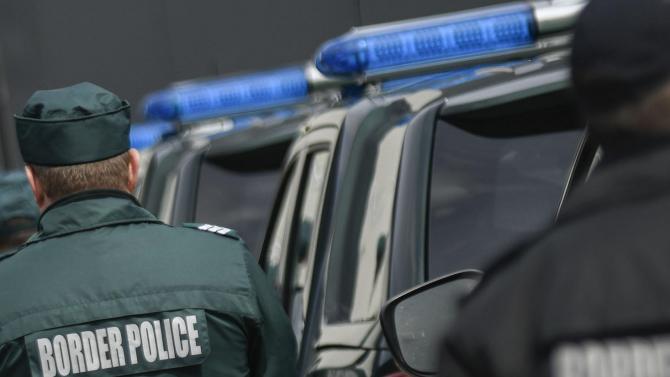 Гранични полицаи задържаха каналджия и 15 чужденци до река Тимок