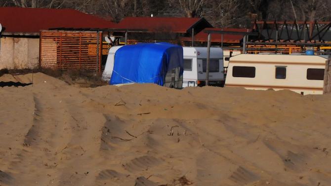 """Премахват незаконни постройки от частни имоти на къмпинг """"Каваците"""""""