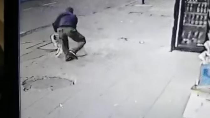 Мъж намушка куче в столицата