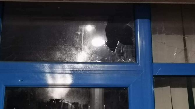 Изпочупиха офис на ГЕРБ в София, петима вандали са задържани
