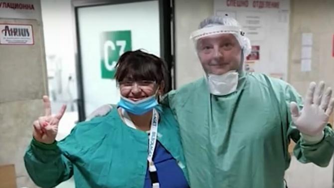 Училищен директор помага като доброволец на медиците в болницата в Шумен