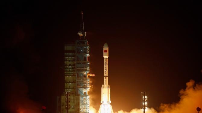 Китай изстреля апарат, който да донесе на Земята материал от Луната
