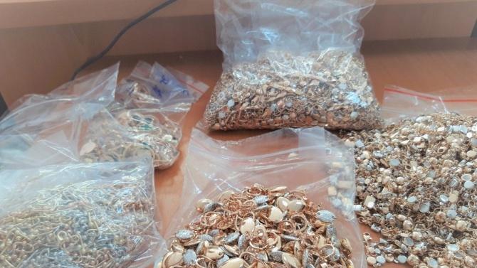 Митничари заловиха контрабандни златни накити за над 260 бона в бельо