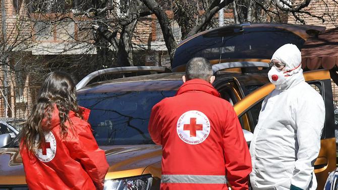Служители и доброволци на БЧК раздават хигиенни материали в Ямболско
