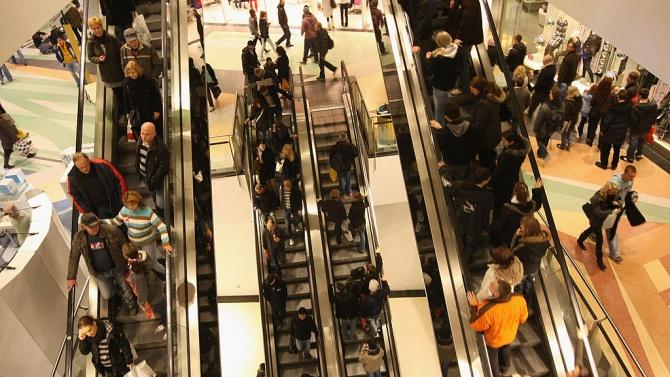 Много хора днес нахлуха в магазините и започнаха да пазаруват