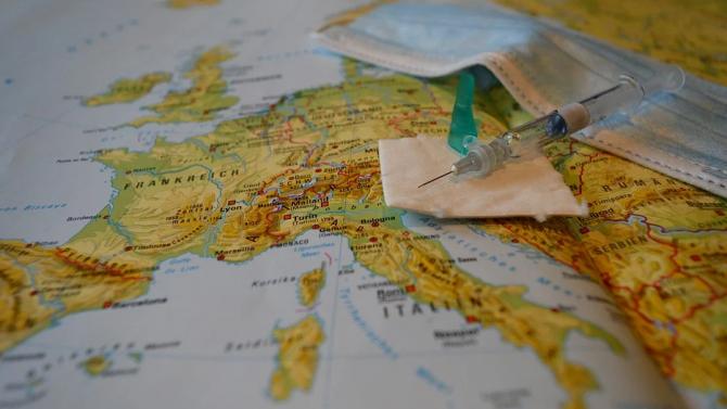 Една четвърт от италианците вярват в конспиративни теории за епидемията от COVID-19