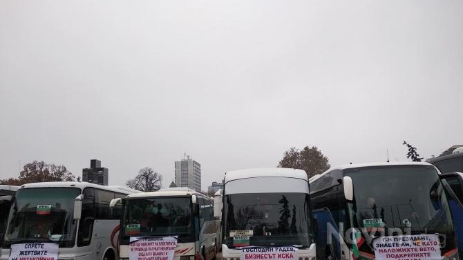 Aвтобусните превозвачи итаксиметровиятбранш излязоха на протест в центъра на София